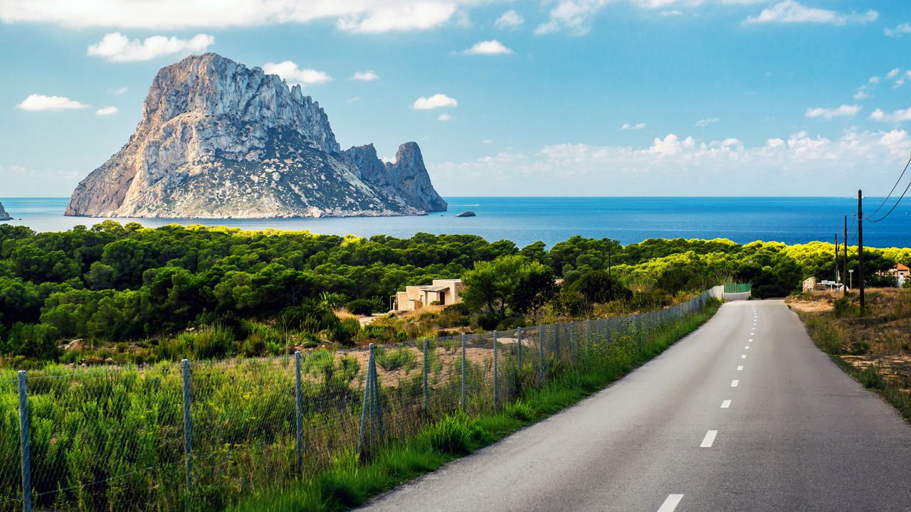 Carretera PMV-803-1, que lleva a la Cala d?Hort, en Ibiza