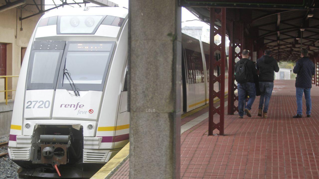 Tren que descarriló en O Barqueiro hace una semana por el desprendimiento en un talud