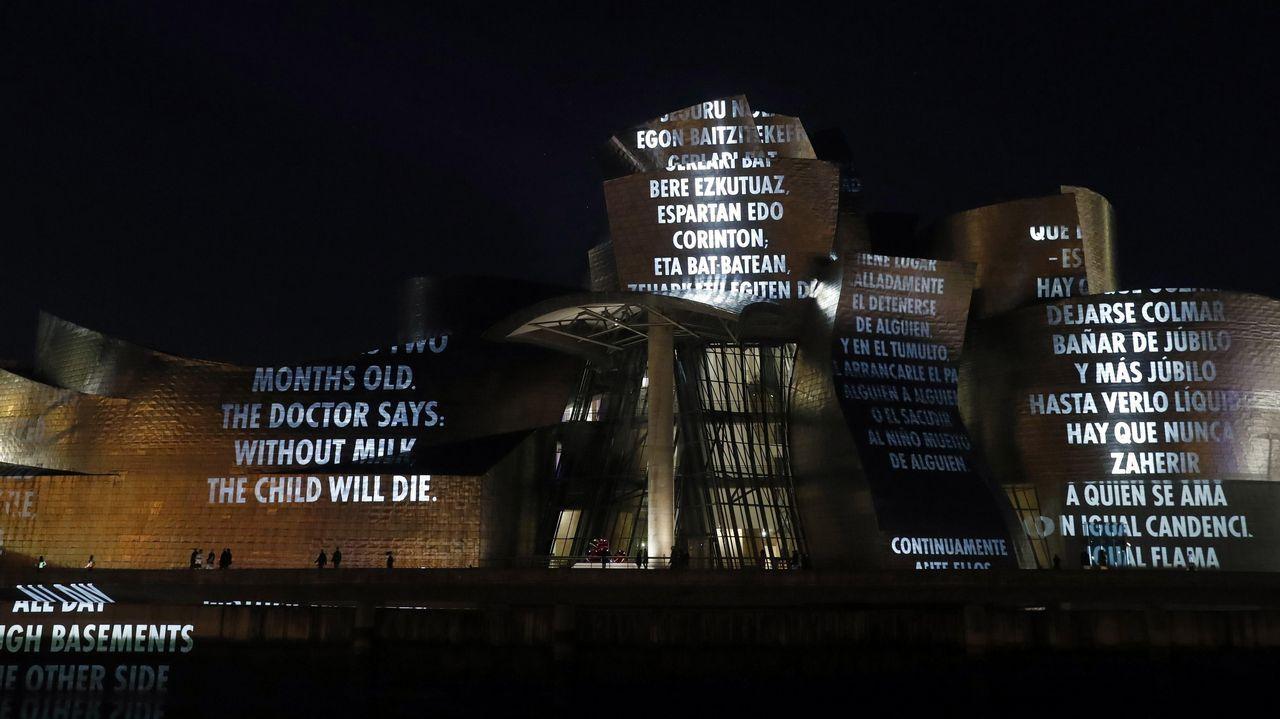 Proyecciones de luz en la fachada exterior del Museo Guggenheim de Bilbao, en el marco de exposición dedicada a la artista estadounidense Jenny Holzer
