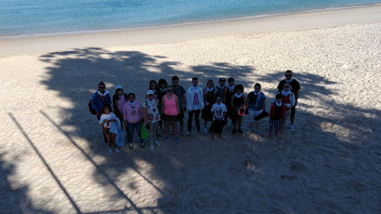 Voluntarios que participaron en la limpieza de Portocelo, en Marín