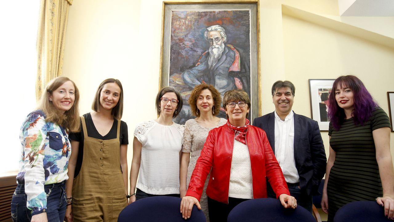 Sandra Domínguez, en el centro, bajo el retrato de Valle-Inclán, con otros miembros del grupo de investigación