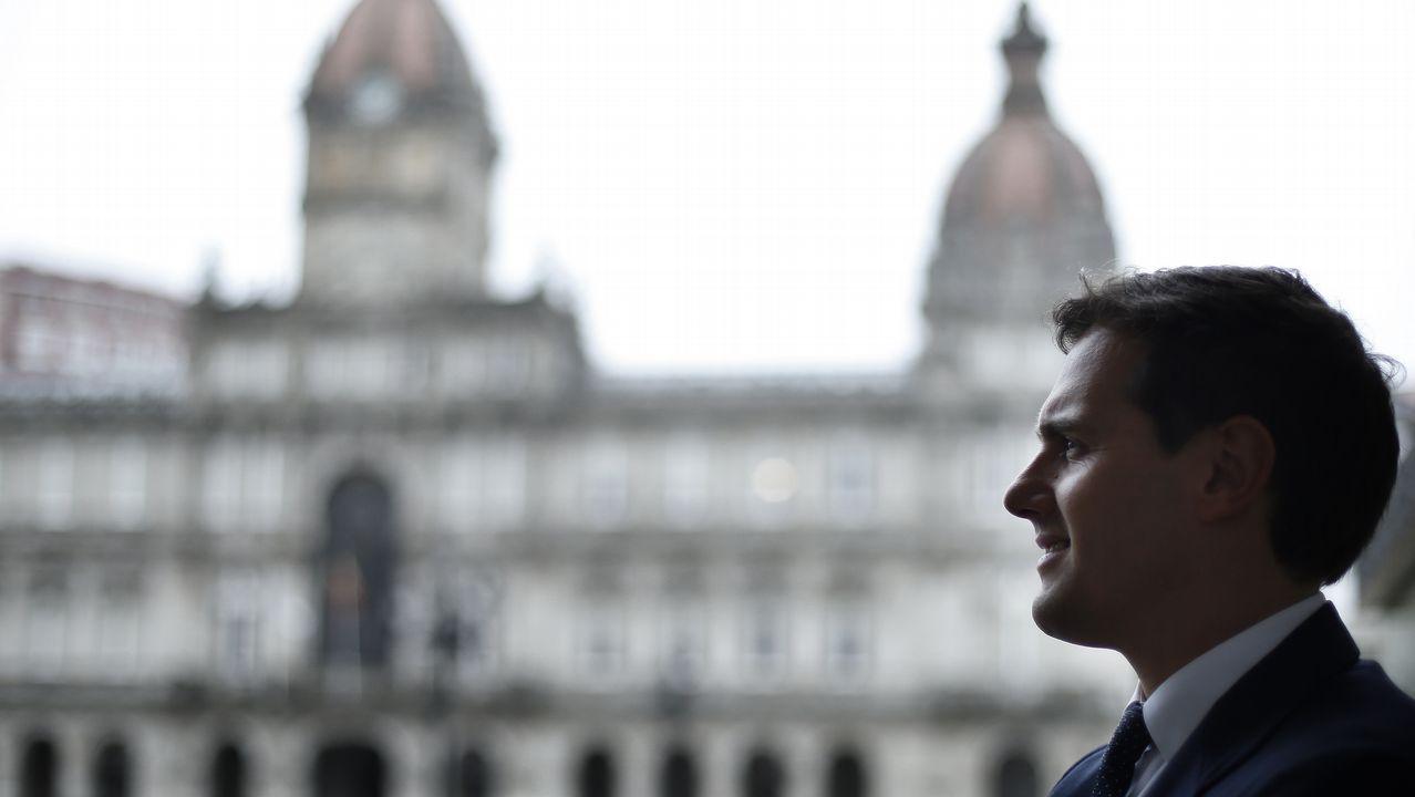 El Finisterre se transforma en alfombra roja.Albert Rivera volvió a Galicia a la búsqueda de constitucionalistas que se sumen a su tesis
