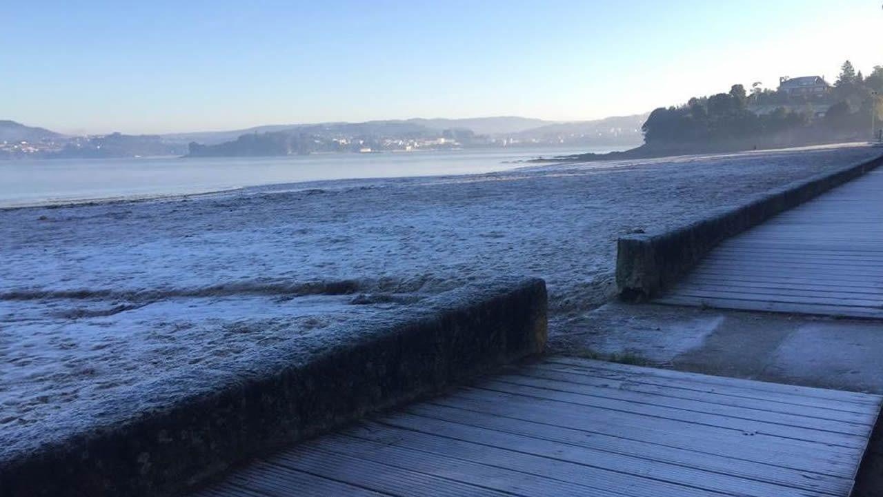 La playa de Gandario, en Bergondo (A Coruña), cubierta de hielo