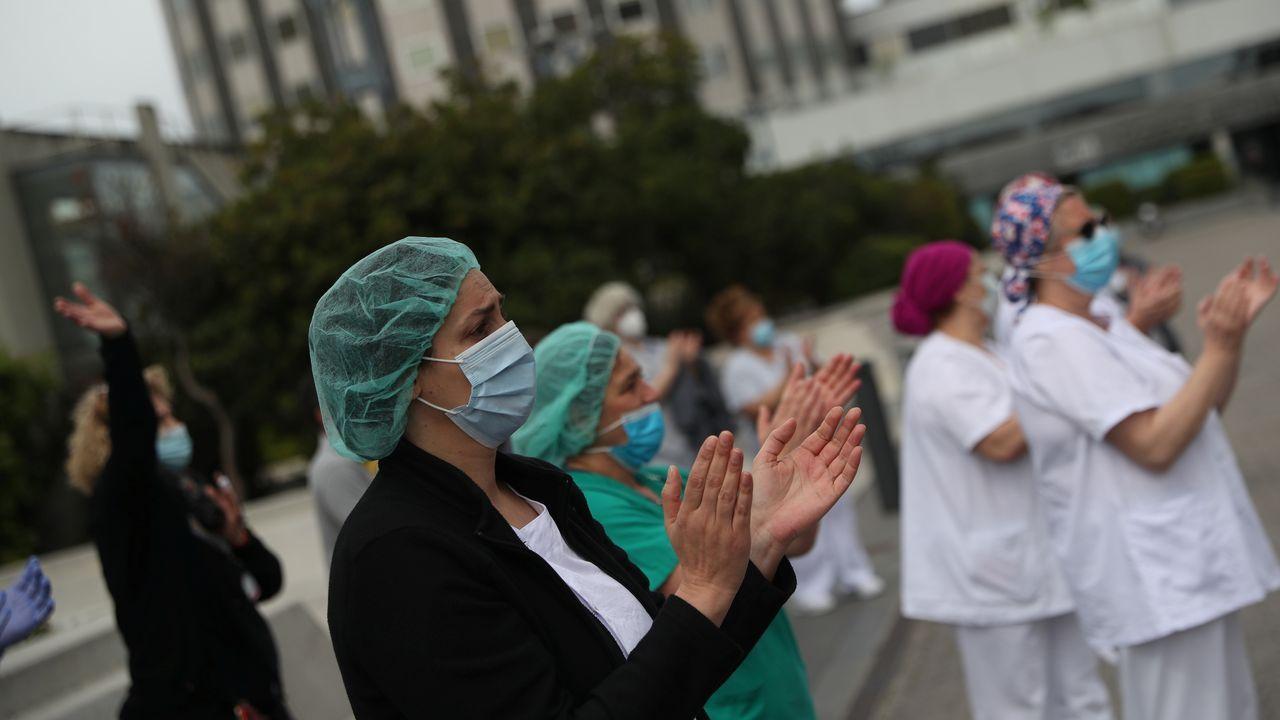 El comité técnico informa sobre los últimos datos de la pandemia en España.Un vecino de A Coruña con mascarilla
