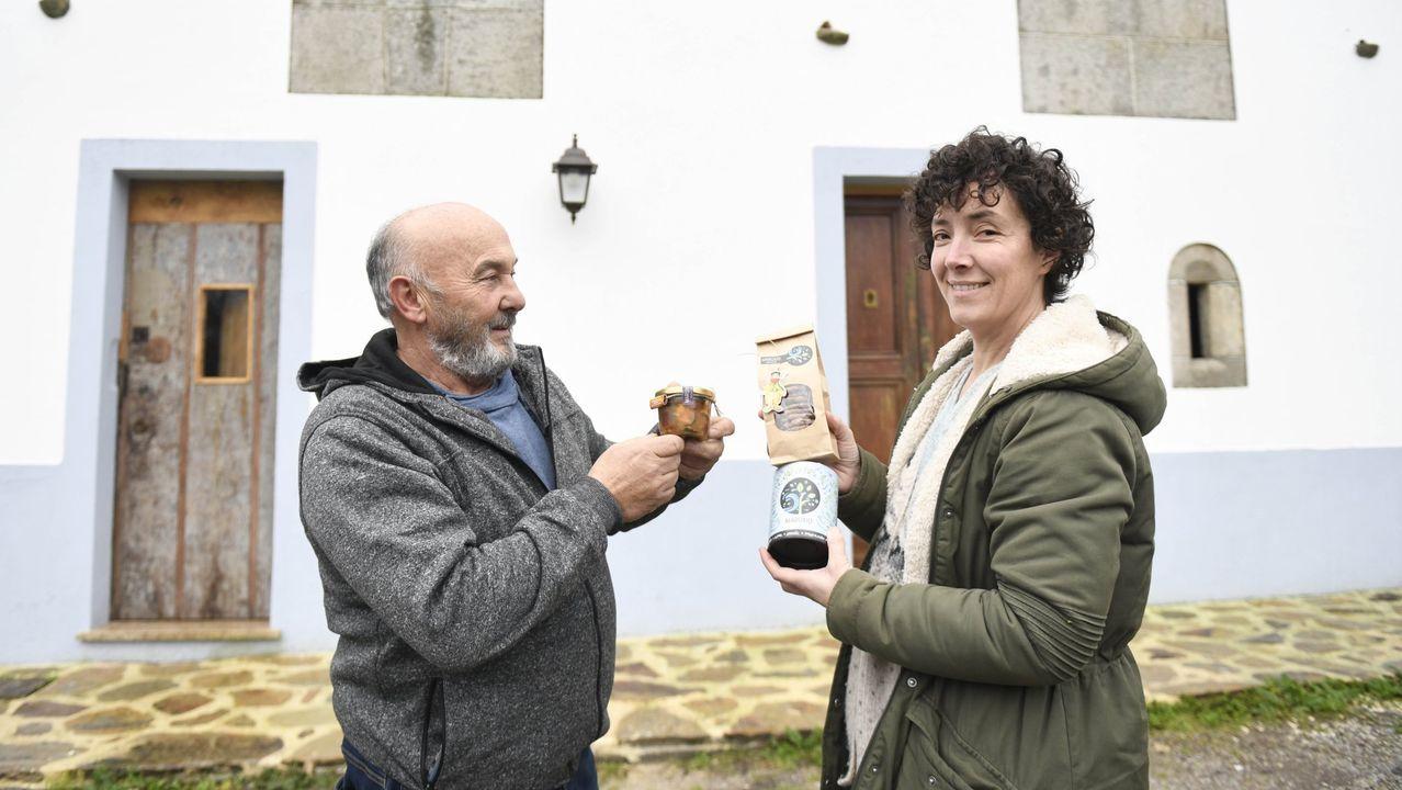 Uxío y María muestra sus productos