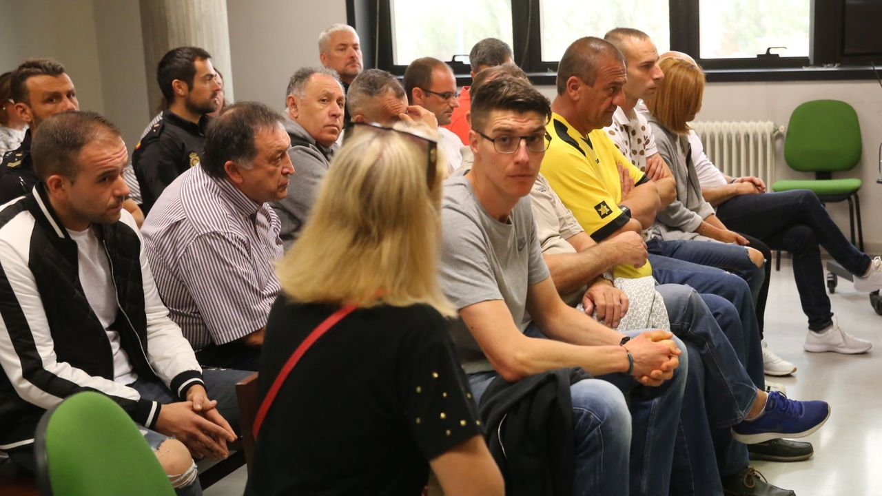 Pontevedra clama contra la violencia machista.Manuel, segundo por la izquierda, con camisa de rayas de manga corta, el narcoabogado condenado, junto al resto de procesados
