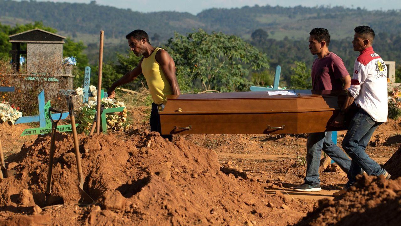 Familiares entierran a una las 58 víctimas asesinadas en la rebelión de presos de Altamira, ocurrida a principios de mes.