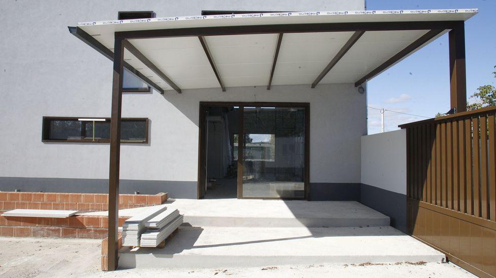 Imágenes que dejó el Xoves de Compadres en la comarca de Lemos.La entrada del albergue Santiago 15, en una fotografía del pasado mes de noviembre