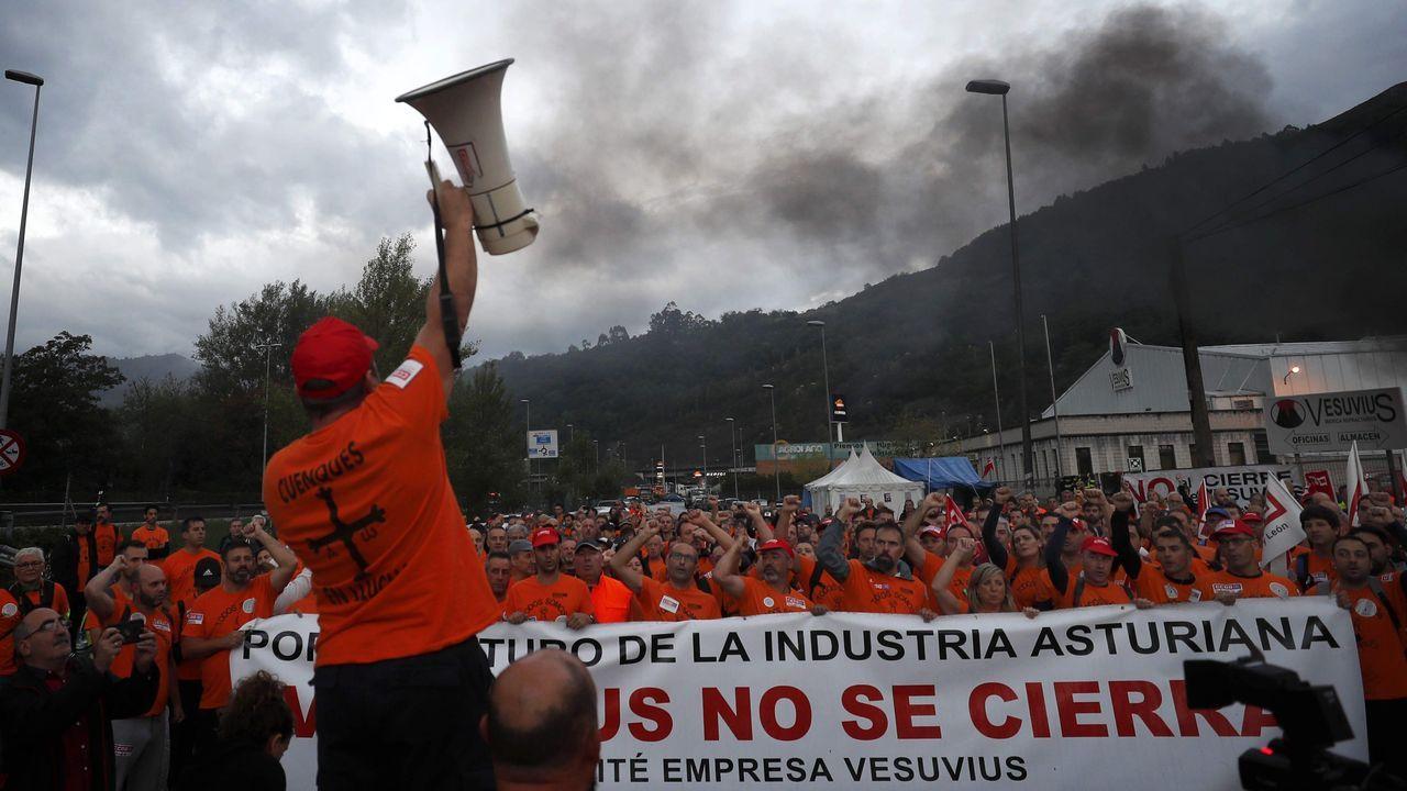 Concentración Vulcano en los juzgados para evitar el ERE extintivo.La plantilla de Vesuvius, en la marcha entre Langreo y Oviedo