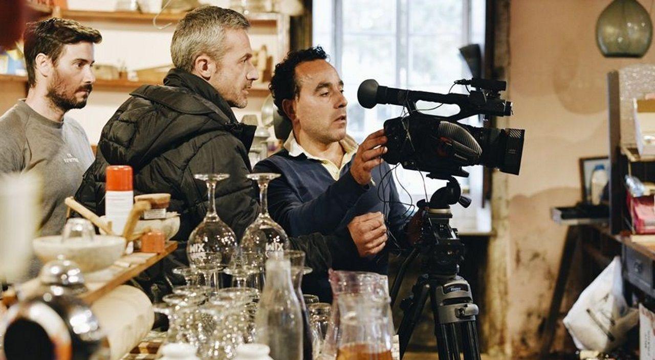 Sátira e cariño combínanse no videoclip de «Polichinela», sobre os veraneantes no rural galego