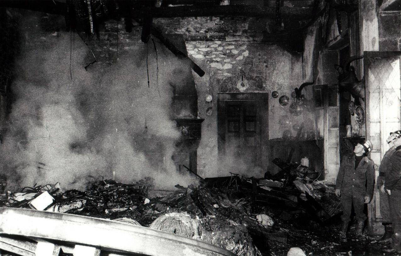 Miembros de los equipos de extinción, en el salón de la planta baja donde se celebraban los consejos de ministros, completamente arrasado por las llamas