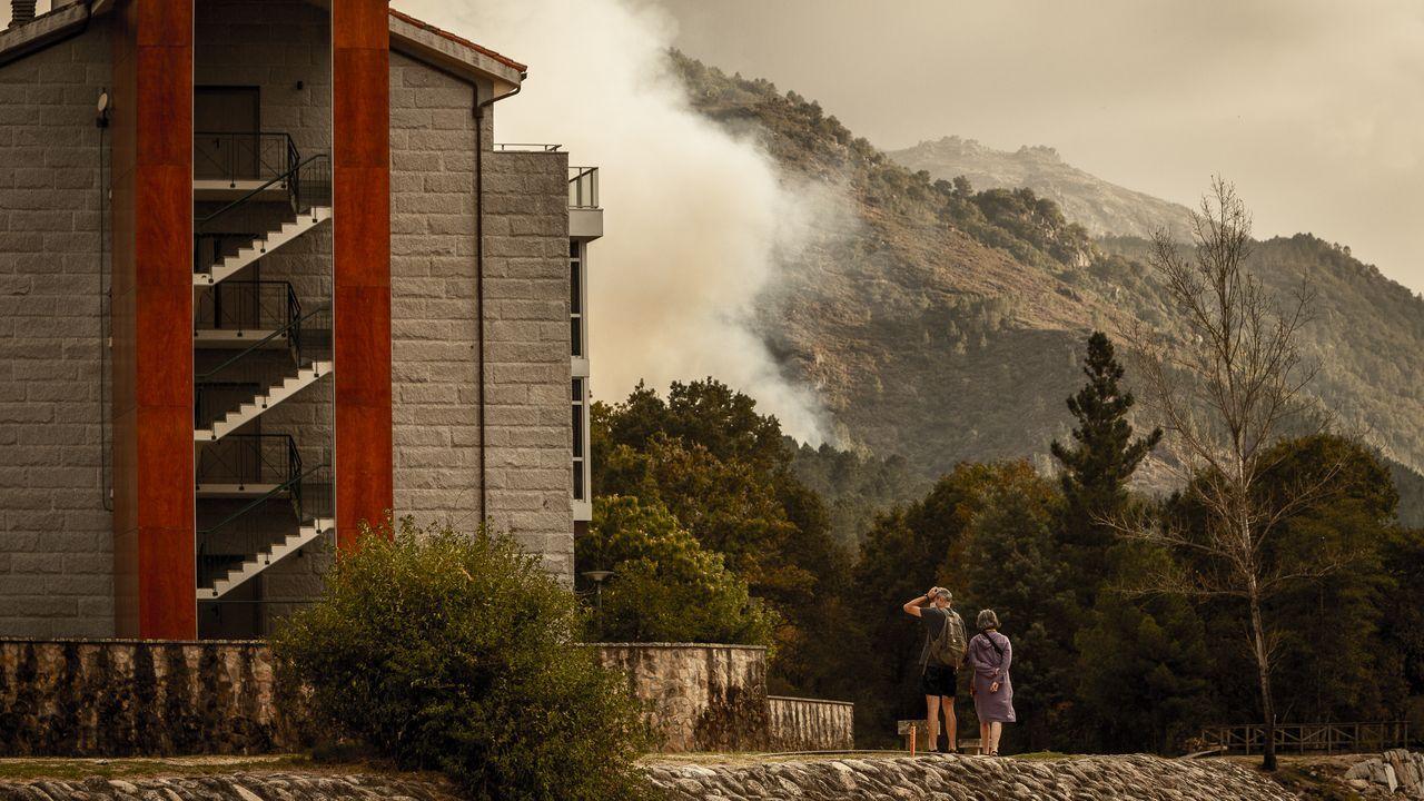 Incendio en Vilariño de Conso.El presidente de la Diputación, José Manuel Baltar, y Carmen Pardo, la consultora encargada de redactar el proyecto