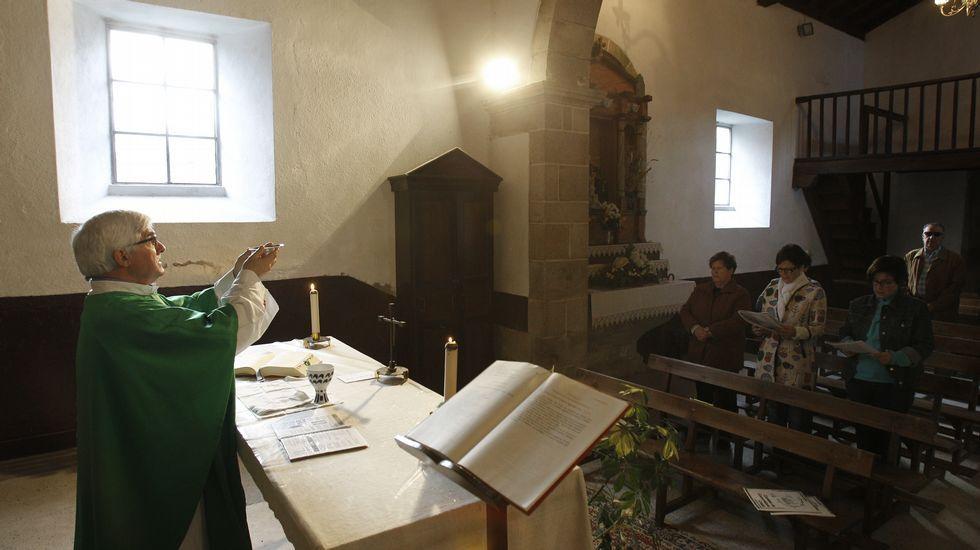 A las pequeñas parroquias acude dos veces al mes. Intenta que una sea un domingo. En la imagen, en Santa María de Vilamaior, donde dio misa para siete personas.