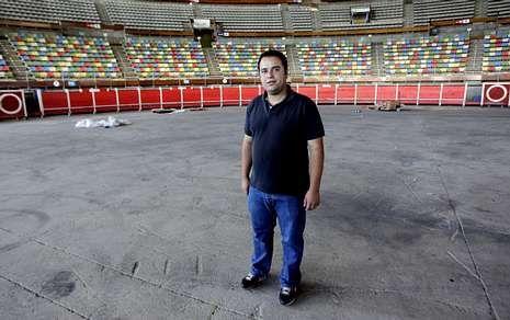 Alberto Herrero, en el Coliseo durante la instalación de las barreras.