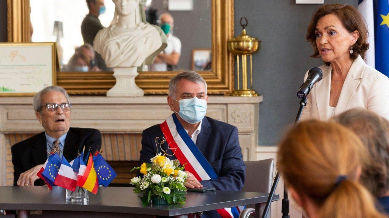 El cordobés Juan Romero, el alcalde de Ay-Champagne y Carmen Calvo, durante el homenaje al primero