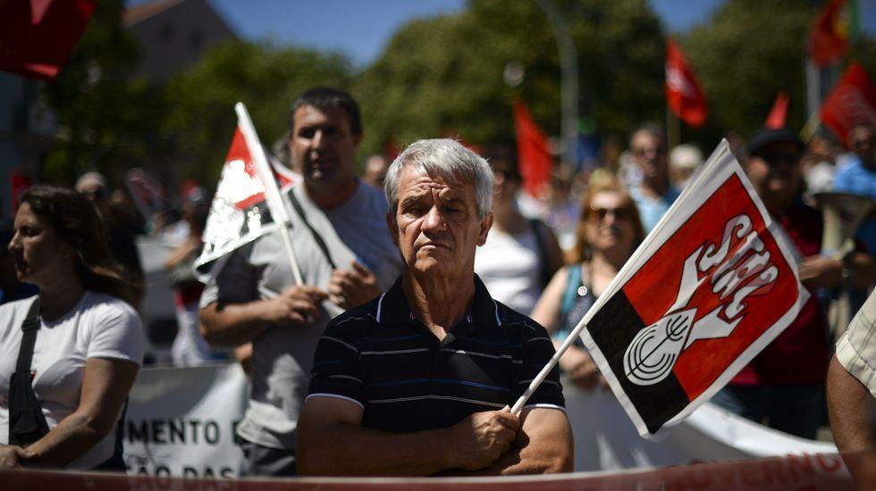 Manifestación en Portugal contra el Gobierno y los recortes.Dos de los carteles electorales del PS que han desatado la polémica, protagonizados por desempleados