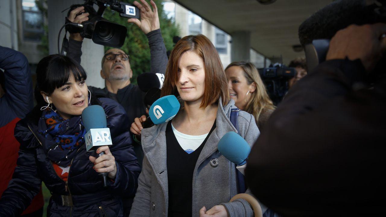 Los medios se agolpan alrededor de la exmujer del Chicle a su llegada a los juzgados para declarar como testigo