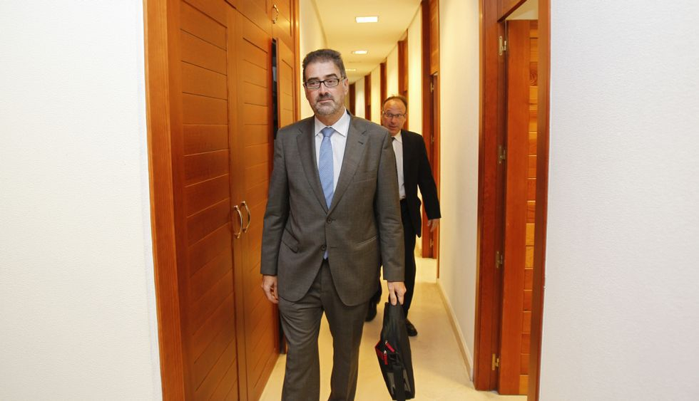 Jorge Espina visitó ayer los juzgados de Santiago dentro de la gira que lleva a cabo por Galicia.