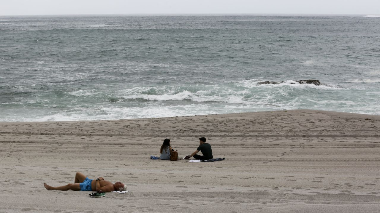 Los arenales de A Coruña amanecen completamente vacíos y limpios.Algún particular de Lugo se atrevió a encender su hoguera