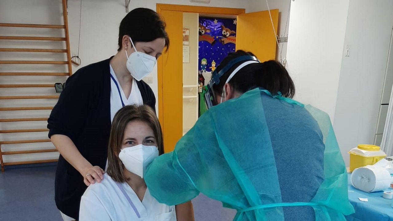 Una trabajadora de la residencia de Ribeira recibe la vacuna