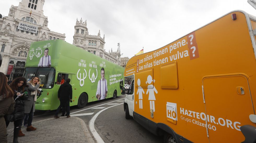 «Late Motiv» parodia la entrevista de la BBC con nuevos protagonistas.La caravana de Hazte Oir se cruza con el autobús fletado por «El Intermedio» para protestar por la campaña de la organización ultracatólica