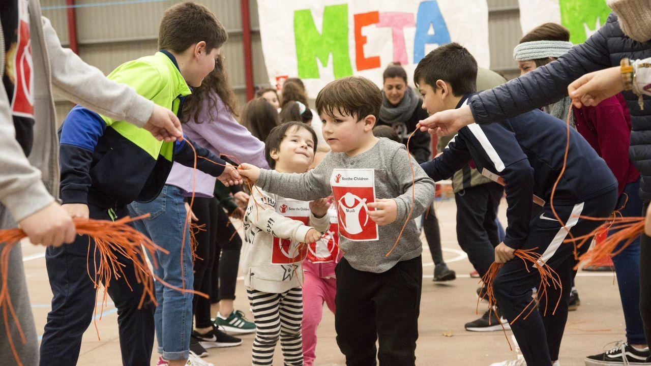 El mundovive nuevas rutinas: del ballet con mascarilla a los gimnasios con mamparas.Iniciativa similar en el CEIP Gándara-Sofán de Carballo