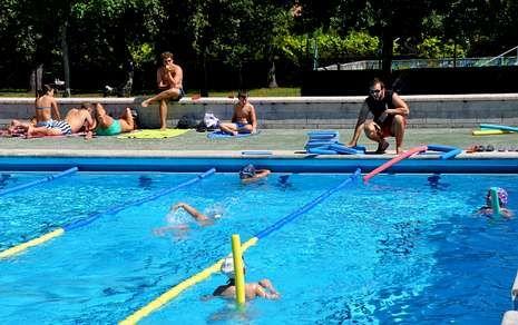 Cuarenta menores disfrutan este mes del programa de natación de las piscinas de Milladoiro y Bertamiráns.