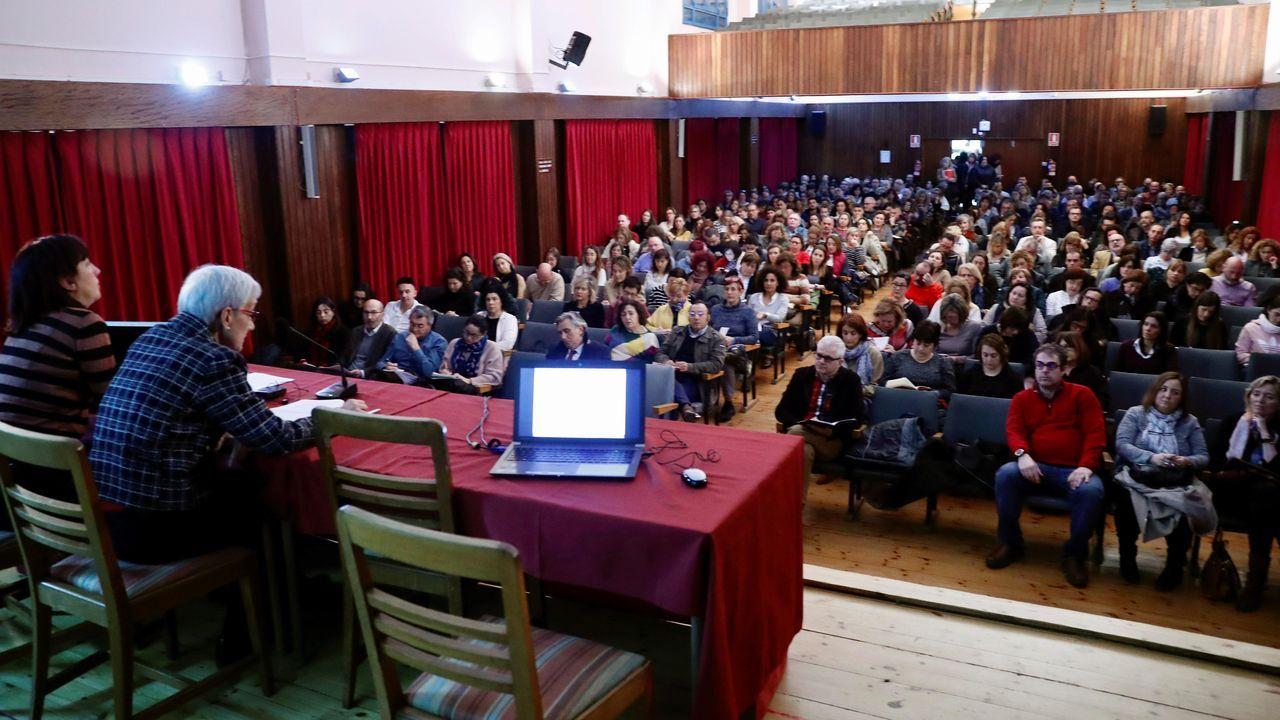 Miembros de la UME desinfectan Asturias.La consejera de Educación, Carmen Suárez (2i), durante la reunión mantenida este martes con las direcciones de los centros educativos de Asturias