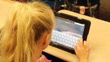 Un estudiante maneja una tablet
