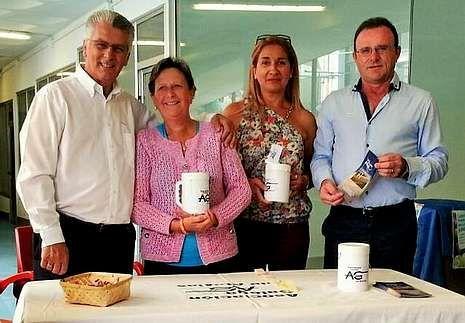 El piloto gallego Iván Ares.Fernández, Castro, Moscoso y Parga, el sábado, en la mesa informativa sobre la ataxia colocada en Malpica.
