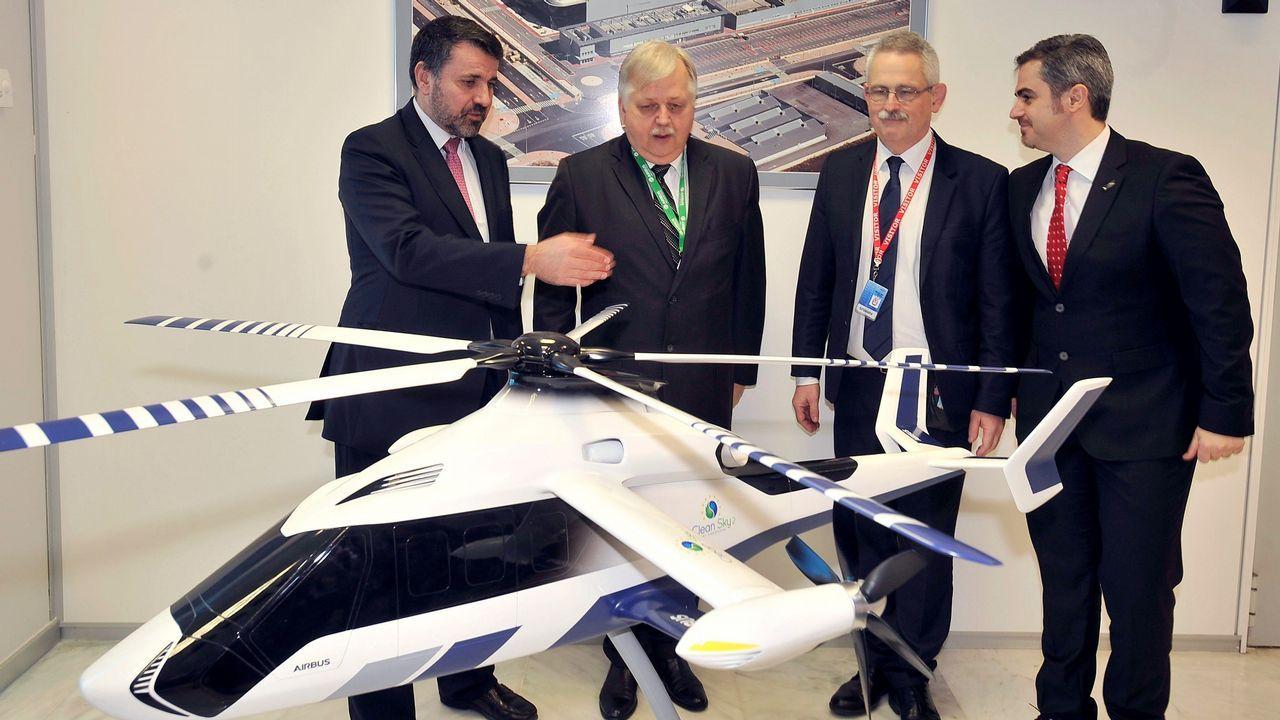 Los responsables del proyecto junto a la maqueta del helicóptero, en la factoría de Albacete