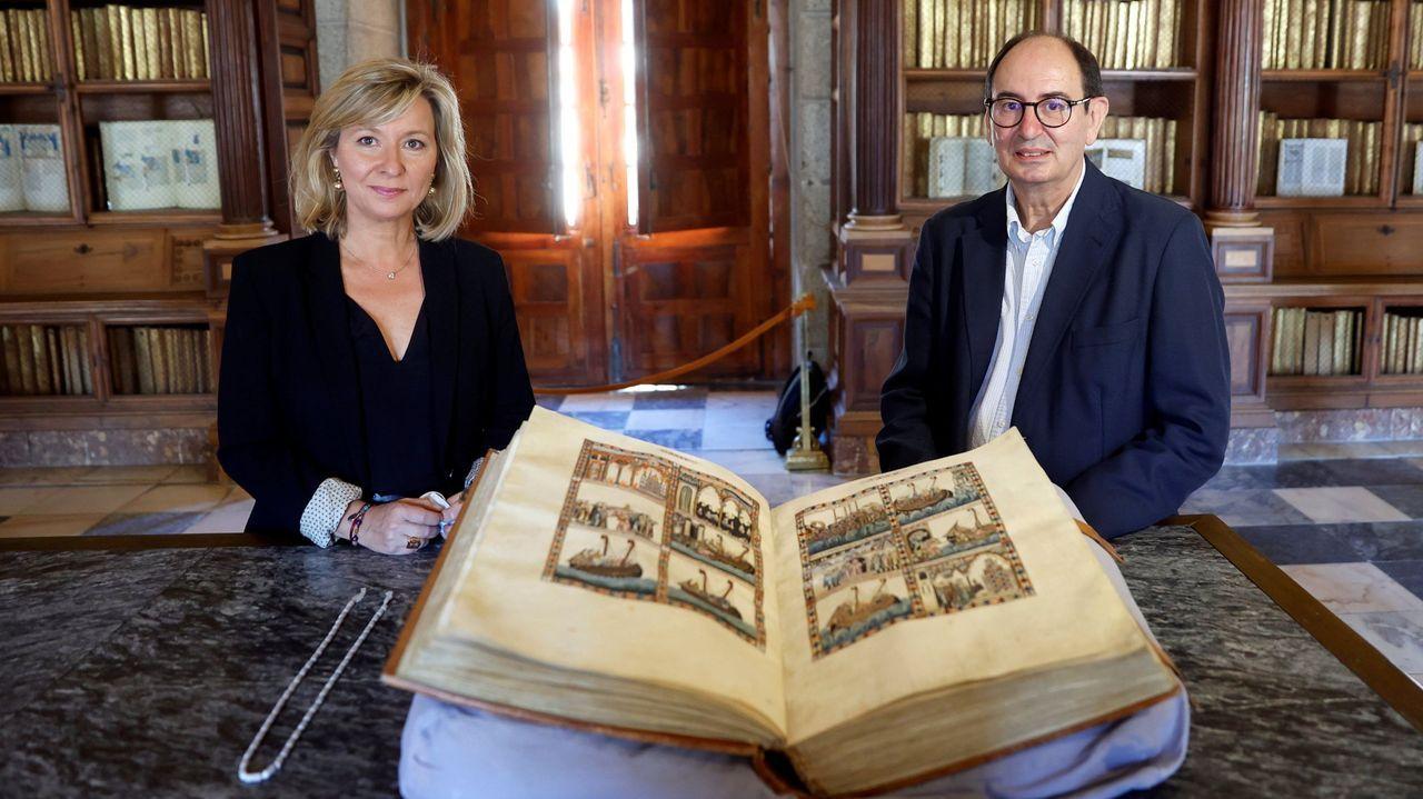 Festa da Palabra na Ínsua dos poetas.A presidenta de Patrimonio Nacional, Llanos Castellanos, e o director da biblioteca do Escorial, José Luis del Valle, cun dos códices das Cantigas.