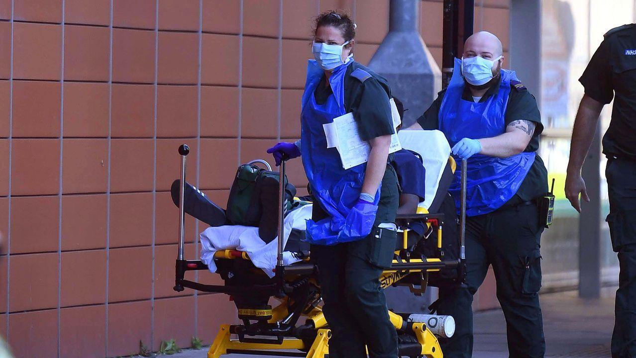 Así está el mundo en medio de la pandemia.Un trabajador coloca una bolsa dentro de un robot de entrega de la compañía  Starship, mientras continúa la propagación de la enfermedad por coronavirus, en Milton Keynes