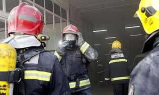 Caída de andamio en Novo Mesoiro.Los bomberos del parque comarcal de Arteixo fueron alertados ayer, sobre la una y media de la tarde, por un fuego en un concesionario de coches de la marca Citroën. El incendio se originó en la nave d
