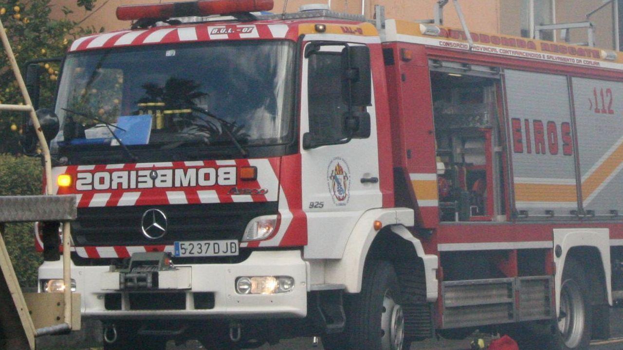 La zona de San Isidro es una de las afectadas por el corte de agua.Imagen de archivo de una intervencion de los bomberos de Betanzos