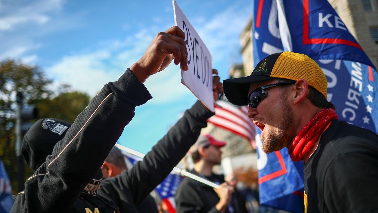 Un seguidor de Trump se enfrenta a una protesta contra el presidente saliente