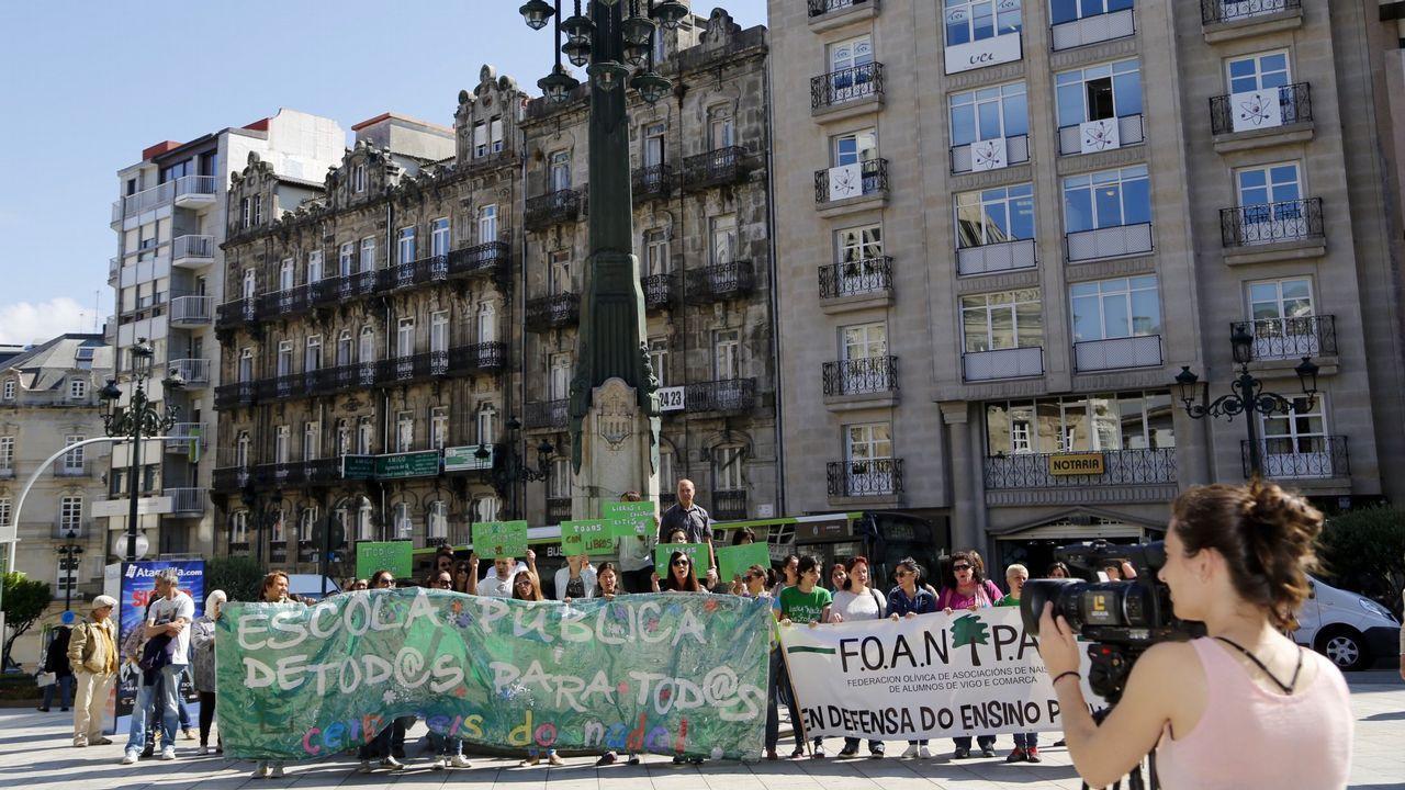 Entrevista a Adrián Barbón, candidato del PSOE.Estudiantes en el campus sur de la universidad compostelana