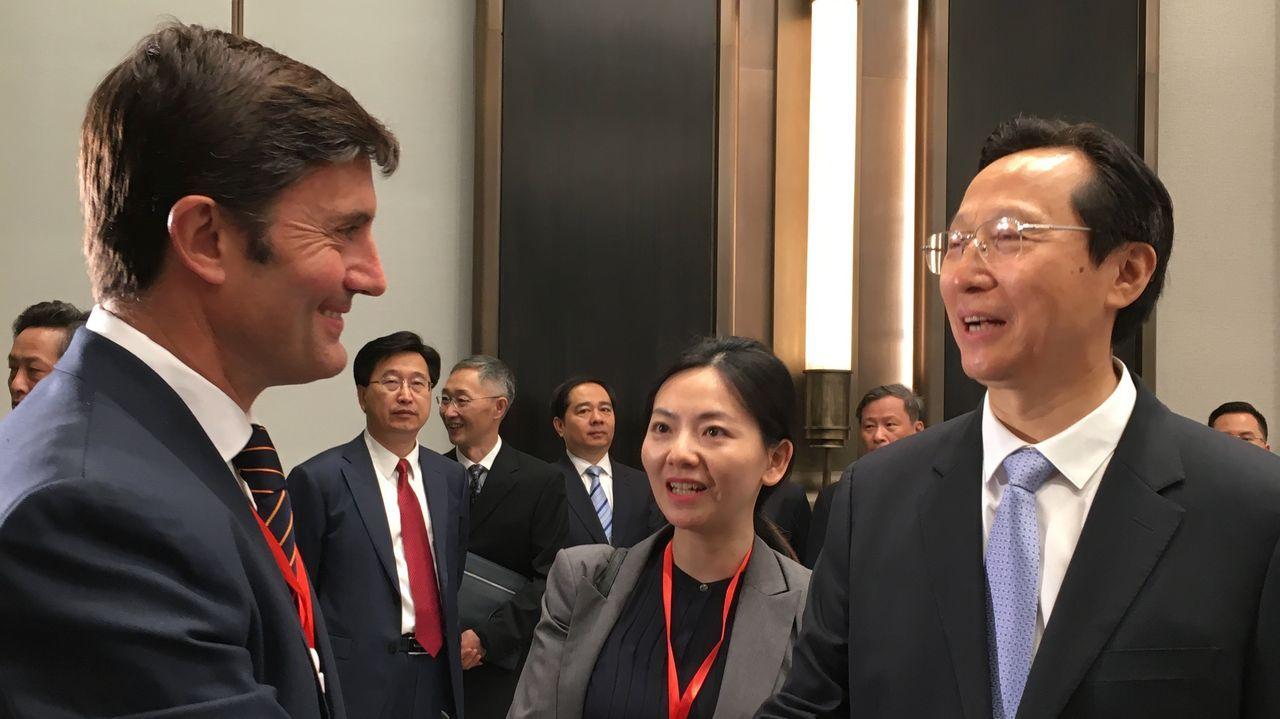 Samuel Juárez, durante su estancia en Pekín, saludando al ministro chino de Agricultura, Han Changfu
