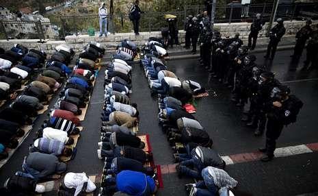 A policía vixía os musulmáns, que rezan no acceso ao lugar sagrado da explanada das Mesquitas