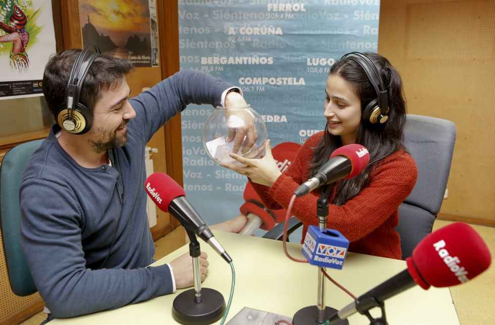 Fran Rodríguez e Verónica Couto, de Radio Voz Bergantiños, sorteando as datas e as parellas de colexios.