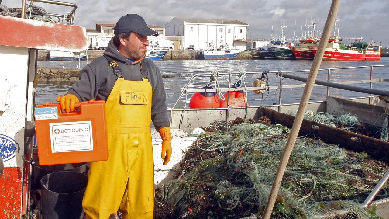 Imagen de archivo de un tripulante de un pesquero de Ribeira con el botiquin sanitario