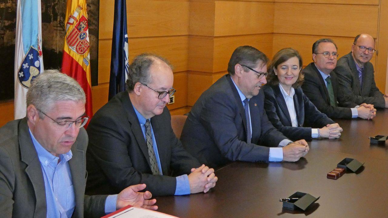 Chus Movilla (segunda por la izquierda,en la fila de abajo), junto al resto del equipo de Julio Abalde, ayer en la presentación de la candidatura