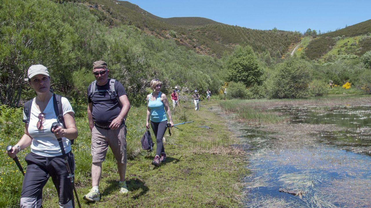 Plantean recuperarel Camino Real en Melide para proteger su valor natural.Participantes en una marcha de senderismo por la sierra de O Courel, en una imagen de archivo