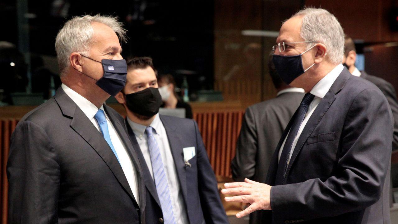 El ministro griego de Agricultura, izquierda, con su homólogo de Chipre charlan antes de la reunión