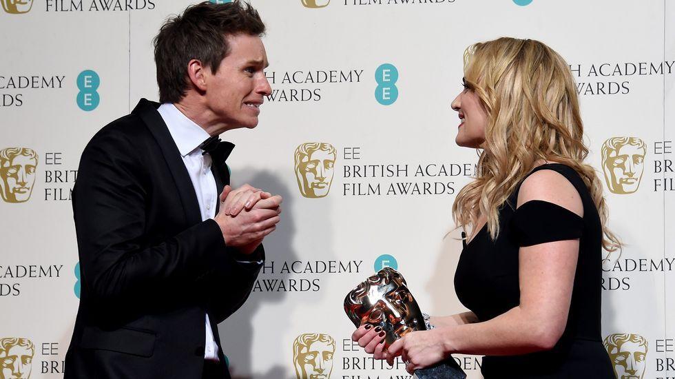 Eddie Redmayne y Kate Winslet, ella con su premio a la mejor actriz de reparto.