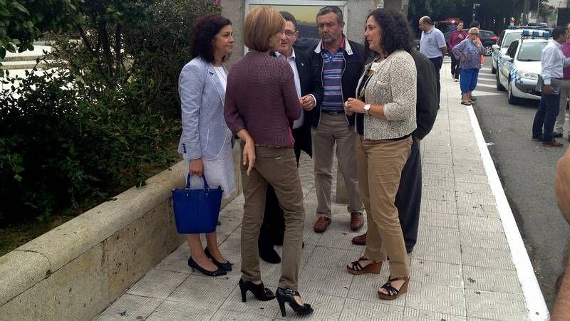 Do Campo, Gallego, Conde, Calvo y González, mirando un objeto de una de las casetas.
