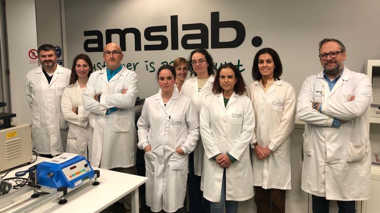 Los hermanos Martín y Sergio Mosquera, de pie y sentado a la derecha de la imagen, son ingeniero y médico de formación
