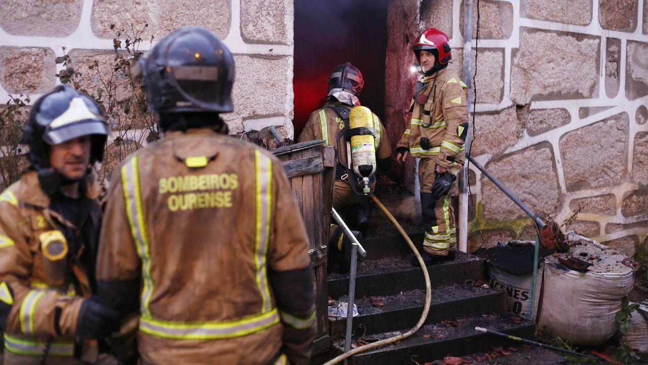 Una mujer trasladada al hospital tras un incendio en una vivienda de Ourense