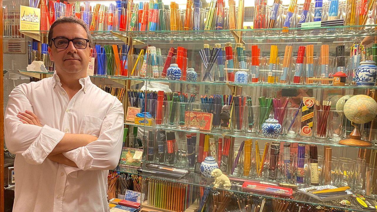 Jiménez, retratado junto a la vitrina en la que guarda su colección de lápices