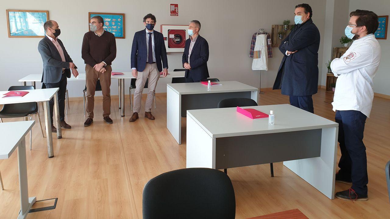 Entrega de diplomas en Outeiro de Rei.Representantes de entidades públicas y privadas, de visita en las instalaciones que se usarán en la Escola de Carniceiros de Galicia